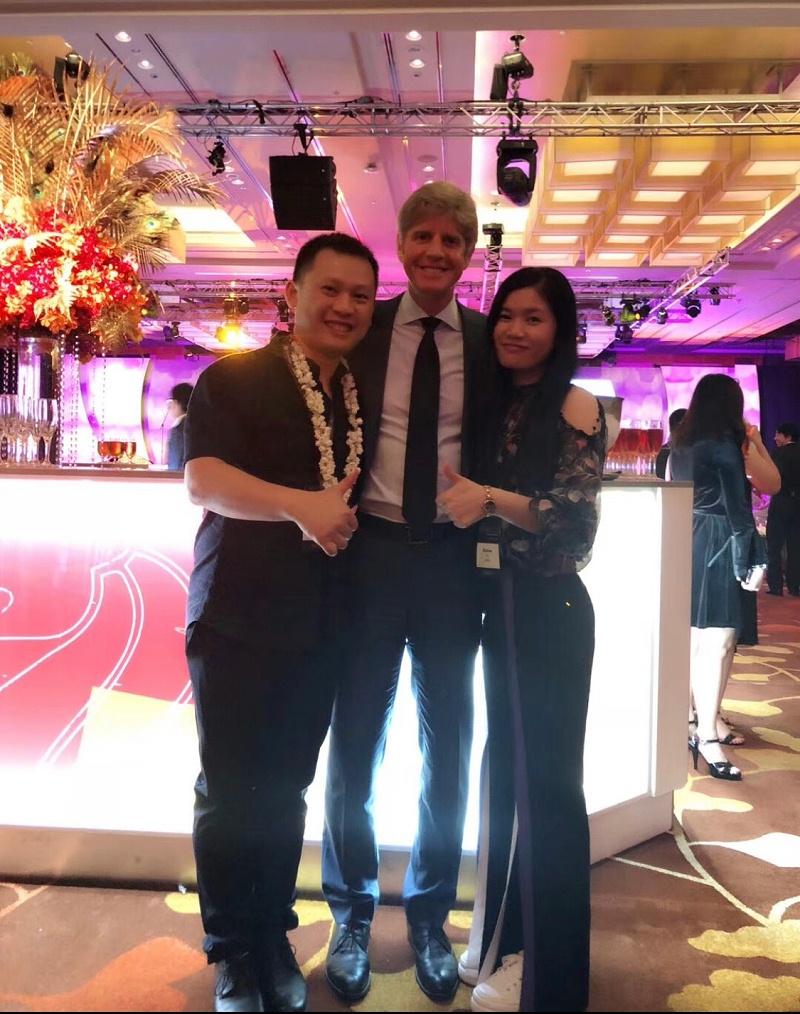 在新加坡隐适美世界年会与隐适美公司CEO合照